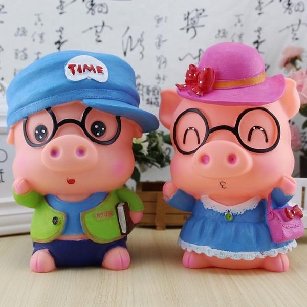 眼鏡豬公眼鏡豬婆撲滿存錢筒2款可選.摔不破搪膠公仔.萌萌豬生活館