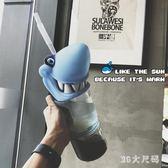 吸管杯大容量鯊魚塑料水瓶潮牌吸管成人飲料水壺杯子 QG3950『M&G大尺碼』