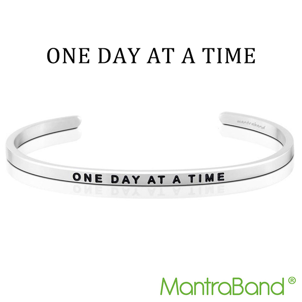 Mantraband | ONE DAY AT A TIME 隨遇而安 - 悄悄話銀色手環 台灣官方總代理