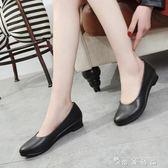女坡跟鞋職場韓版透氣軟底工作鞋淺口中年媽媽皮鞋  薔薇時尚