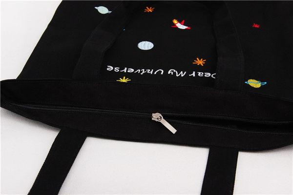 帆布包-開口拉鍊的-UNIVERSE趣味刺繡宇宙火箭側背帆布包手提包-寶來小舖-L56820