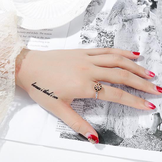 《 QBOX 》FASHION 飾品【R20N690】精緻秀氣八芒星鋯石設計玫瑰金鈦鋼戒指/戒環