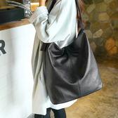 韓版簡約大容量單肩包手提大包包軟皮托特包百搭水桶包時尚女包潮 EY3303『愛尚生活館』