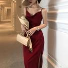 法式復古修身三醋酸絲滑緞面性感蕩領吊帶裙酒紅色內搭洋裝禮服 喵小姐