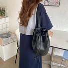 水桶包 韓國2021新款抽繩水桶包包小眾復古百搭時尚簡約大容量單肩斜挎包 夢藝家