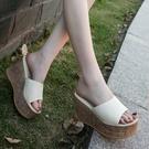 草編鞋 民族風厚底楔形涼拖鞋女夏季新款厚底防水台高跟鞋草編鬆糕一字拖-Ballet朵朵