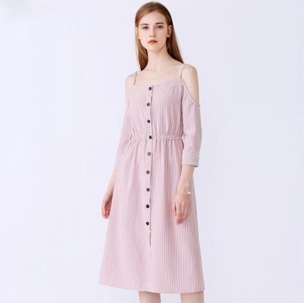 【南紡購物中心】《D Fina 時尚女裝》一字領露肩 吊帶雪紡連身洋裝