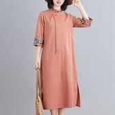 洋装 中大尺碼 新款文藝立領寬鬆大碼棉麻刺繡印花盤扣夏季休閒舒適顯瘦連身裙女