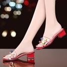 拖鞋女外穿2020夏新款韓版時尚百搭露趾中粗跟鉚釘一字涼拖羅馬鞋 降價兩天
