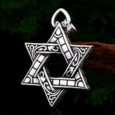 《 QBOX 》FASHION 飾品【CBP8-031】精緻個性古典刻紋六芒星鑄造鈦鋼墬子項鍊