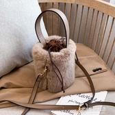 毛絨包包-洋氣百搭毛毛單肩包秋冬季新款小包包女質感毛絨斜挎包水桶包 多麗絲