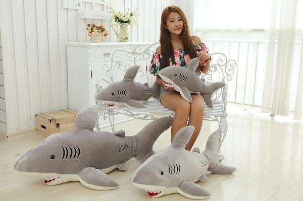 【80公分】大白鯊 鯊魚玩偶 抱枕 絨毛玩具 生日禮物 送禮 聖誕節交換禮物 餐廳布置裝飾