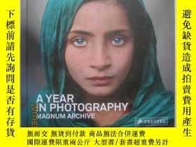二手書博民逛書店A罕見YEAR IN PHOTOGRAPHY(Magnum Ar