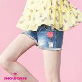 【SHOWCASE】率性玫瑰刺繡反褶牛仔短褲(藍)