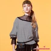 【SHOWCASE】假二件高領網紗拼接橫條紋落肩長袖棉質縮襬上衣(黑)