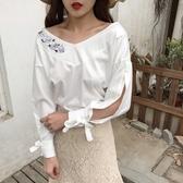 時尚新款高雅亮絲大V一字領玫瑰刺繡肩露臂長袖上衣 (藍  白)二色售  (M8SA) 11710014