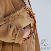 軟面腋下包可愛亞克力鏈條褶皺包女法棍斜背小包【小酒窩服飾】