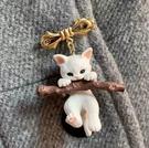 胸針 可愛日式抱樹枝的貓咪立體胸針3D立體徽章胸章衣服防走光扣針配飾【快速出貨八折鉅惠】