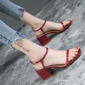 春夏女鞋一字帶方頭粗跟涼鞋女高跟黑色漆皮露趾涼鞋中跟   歌莉婭