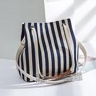新款女包帆布水桶包條紋側背包斜跨多用包韓版時尚純色媽咪手提包 夏季新品