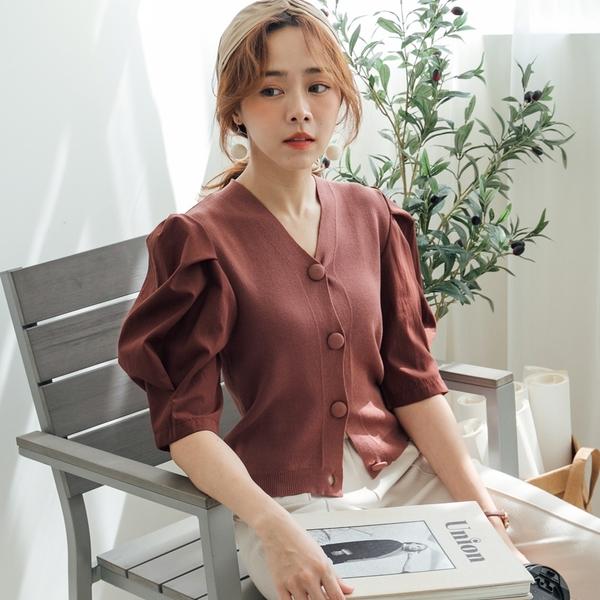 MIUSTAR 拼接澎澎袖包布圓排釦針織上衣(共2色)【NH2104】預購