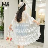 Miss38-(現貨)【A03187】大尺碼長版罩衫 蕾絲網紗防曬衣 寬鬆喇叭七分袖 鏤空透膚薄外套-中大尺碼