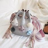 流蘇包可愛小包包仙女韓版少女帆布水桶包流蘇寬肩帶斜挎包【全館免運】