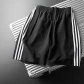 三條杠短褲男潮寬鬆休閒薄款跑步五分褲運動條紋速幹5分中褲 麥琪精品屋
