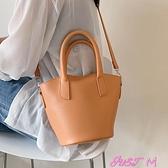 水桶包高級感包包2021新款潮時尚手提水桶包百搭小眾設計斜背包女包夏季 JUST M