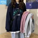 【V3213】shiny藍格子-簡單宣言.撞色字母印花大口袋寬鬆長袖連帽上衣