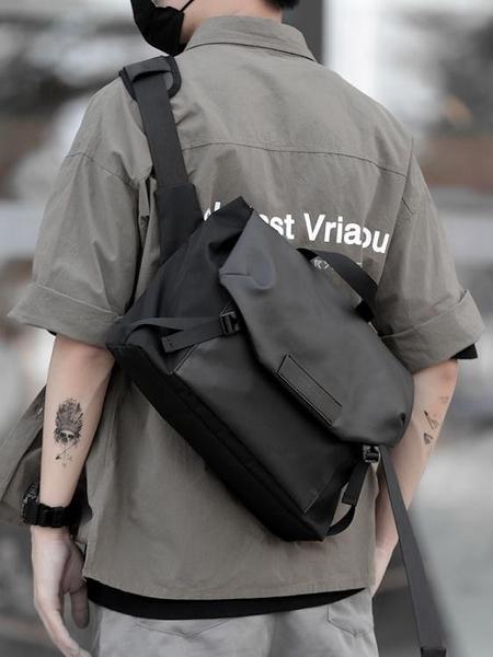 日繫斜背包男士休閒側背包時尚潮流騎行郵差包個性百搭斜背包男包  伊蘿