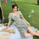短袖洋裝 法式碎花連身裙女夏季2021新款溫柔風設計感泡泡袖方領開叉長裙子 新品新品