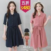 【五折價$480】糖罐子素面排釦縮腰綁帶雪紡洋裝→預購【E52763】