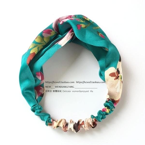 [協貿國際]陳喬恩髮帶天竺葵印花質感綢緞交叉彈力頭帶髮箍品1入