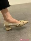 粗跟鞋 尖頭單鞋女粗跟2021年春季新款時尚珍珠小香風百搭淺口法式高跟鞋 小天使 618