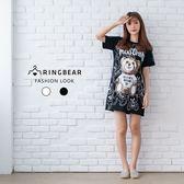 休閒洋裝--可愛滿版熊熊英字印圖圓領短袖開衩下襬長版上衣(白.黑M-3L)-D456眼圈熊中大尺碼◎