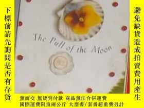 二手書博民逛書店英文原版罕見The Pull of the Moon by El