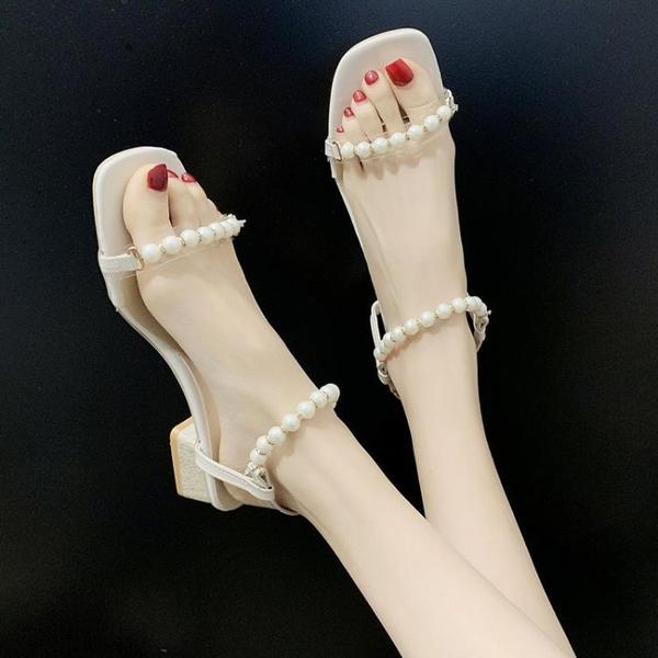 低跟鞋 2021年超火小清新氣質粗跟涼鞋女夏新款中跟珍珠一字帶羅馬配裙鞋