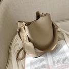 水桶包大容量包包女新款秋冬時尚寬帶簡約網紅水桶包韓版側背斜背包 suger