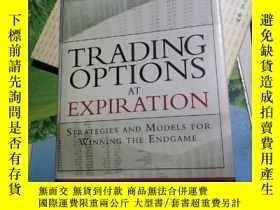 二手書博民逛書店Trading罕見Options at Expiration :