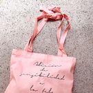《花花創意会社》韓版。法式字母肩綁帶粉隨性購物包【H5869】