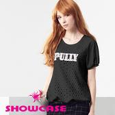 【SHOWCASE】率性鏤空圓鉚釘英文標圓領連袖T恤(黑)