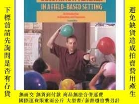 二手書博民逛書店Becoming罕見a Teacher in a Field-Based Setting An Introduct