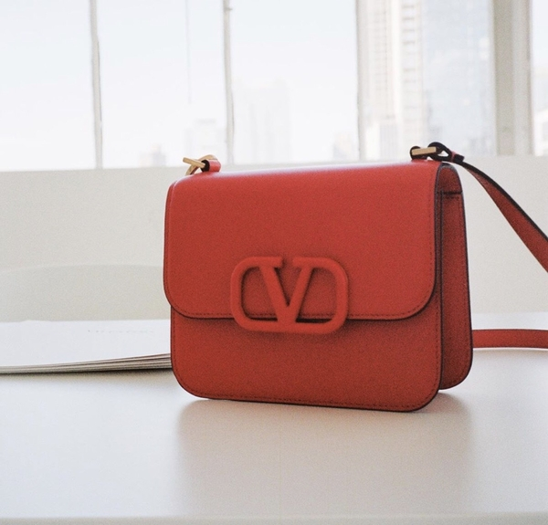 ■專櫃77折■ Valentino 全新真品 VSLING 小款小牛皮肩背包 紅色