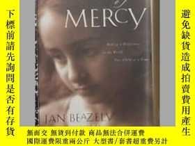 二手書博民逛書店英文原版罕見The Strength of Mercy by J