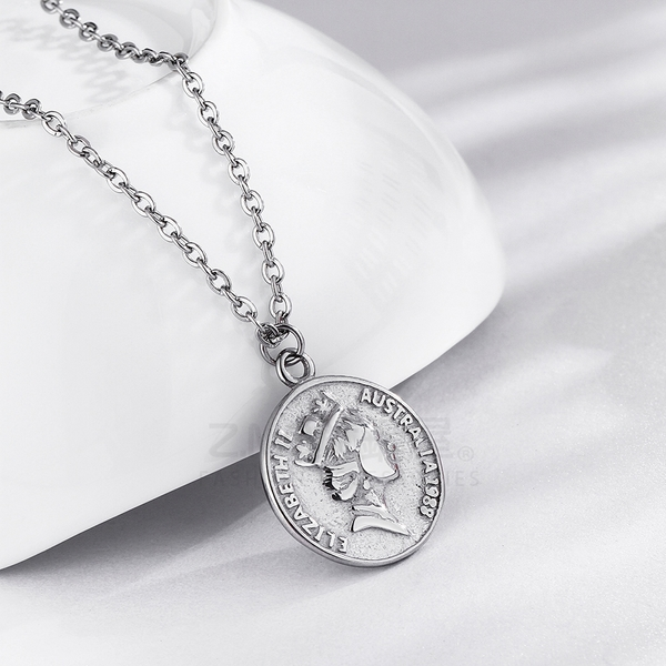 316L鈦鋼項鍊 鈦鋼色 圓牌造型 女性項鍊 精緻女王項鍊 生日禮物 閨蜜 單條價【AJS125】Z.MO鈦鋼屋