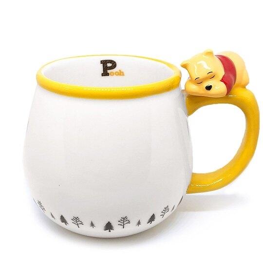 小禮堂 迪士尼 小熊維尼 造型陶瓷馬克杯 咖啡杯 茶杯 陶瓷杯 340ml (白 杯邊玩偶) 4942423-25845