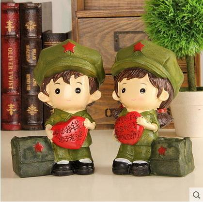 F0616 樹脂工藝品擺件結婚禮物 革命愛情情侶娃娃 婚慶創意禮品紅軍筆筒