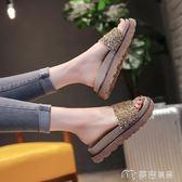 新款港風拖鞋女夏時尚外穿鬆糕厚底一字拖水鉆涼拖平底沙灘鞋     麥吉良品