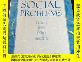 二手書博民逛書店Solutions罕見to Social Problems: Lessons from Other Societi